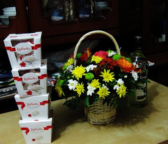 Конфеты, спиртное и цветы