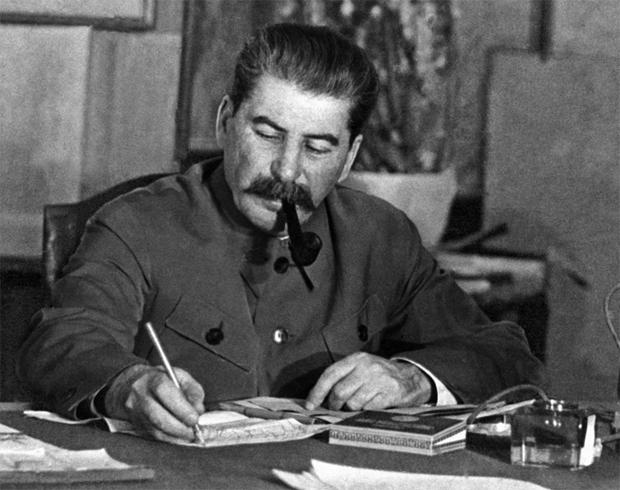 Сталин читает