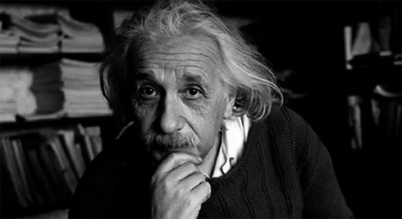 Эйнштейн сидит