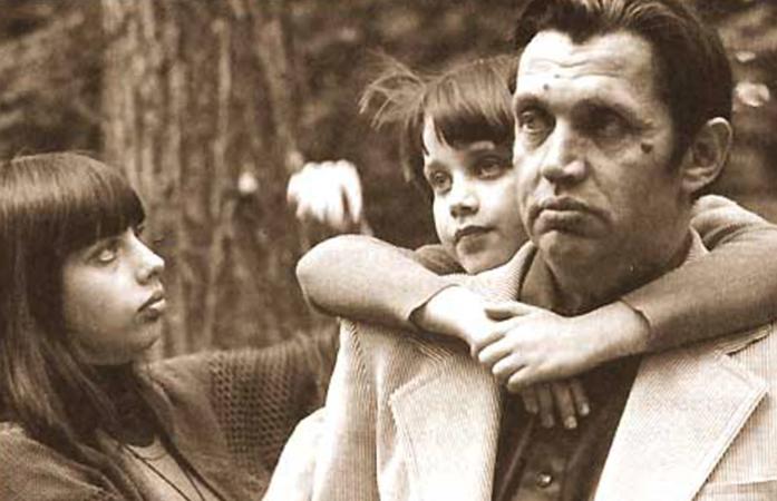 Роберт Рождественский с ребенком