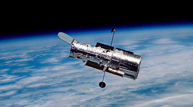 Спутник летает над землей