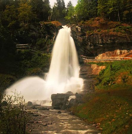 Водопад Стейнсдальсфосс