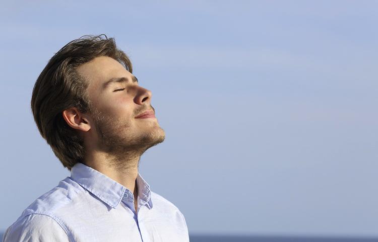 Человек дышит