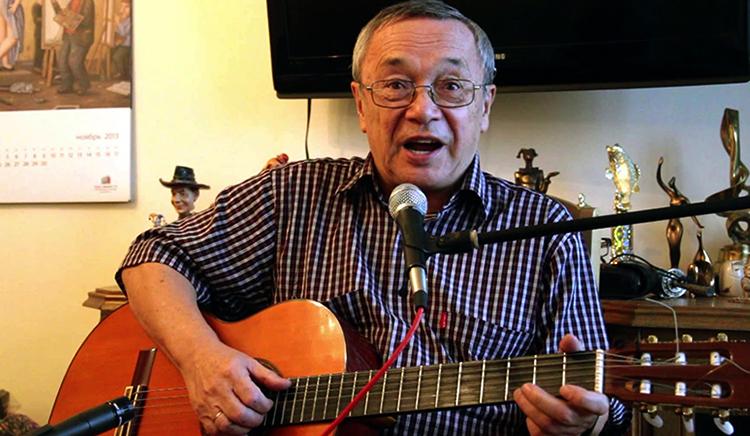 Юлий Ким с гитарой