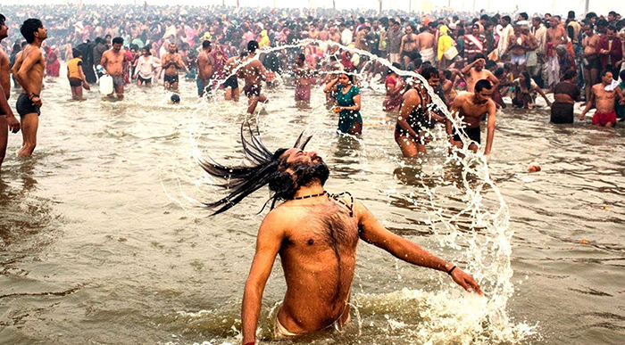 Люди на реке во время праздника