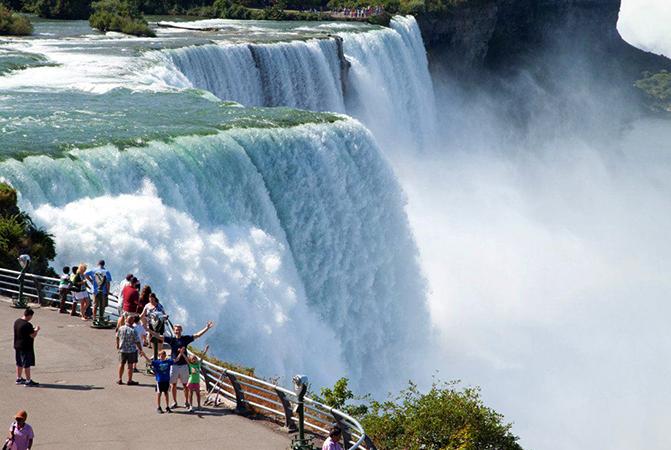 Туристы на фоне водопада