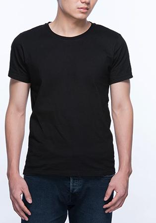 Парень в черной футболке