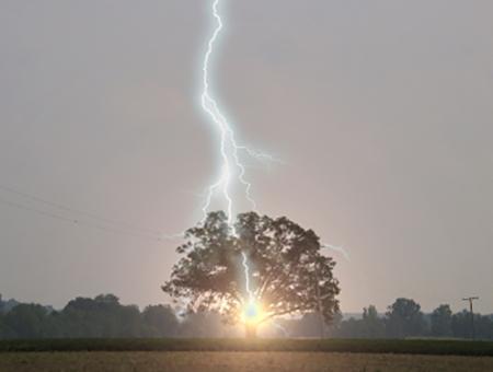 Молния в дуб