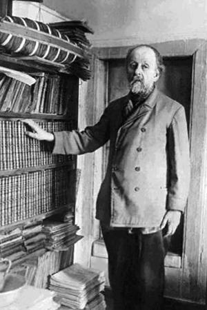 Циолковский с книгами